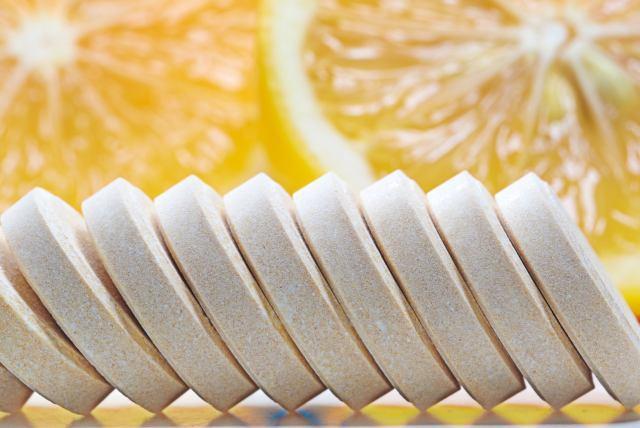 Popularna witamina C lewoskrętna – jak oddzielić prawdę od marketingowego bełkotu?
